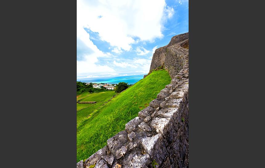 防衛のために築かれた勝連城の城壁