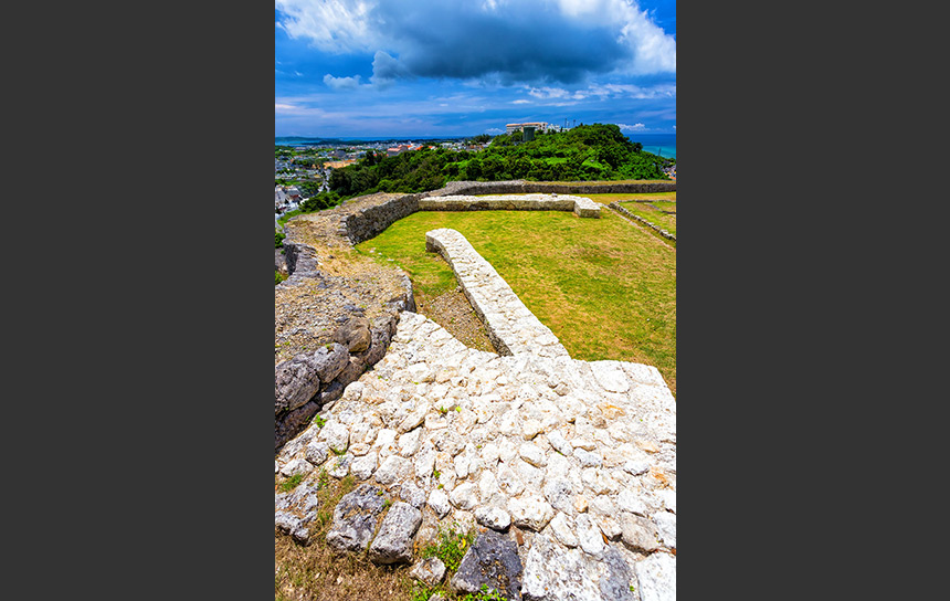 沖縄の世界遺産、勝連城から望む琉球の空