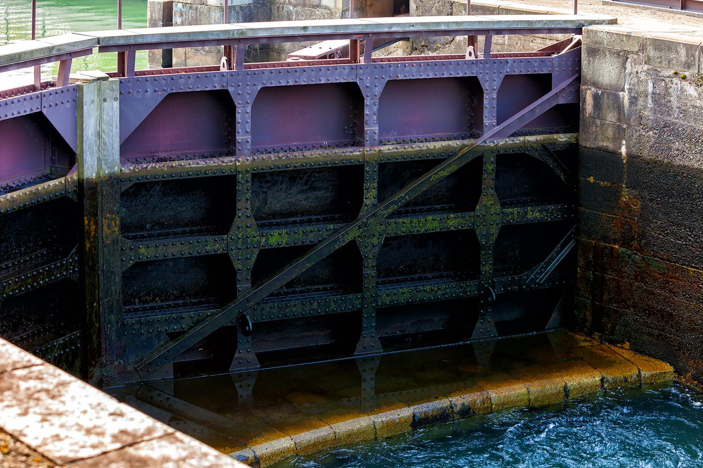 富岩運河の水位を動かす鉄の扉
