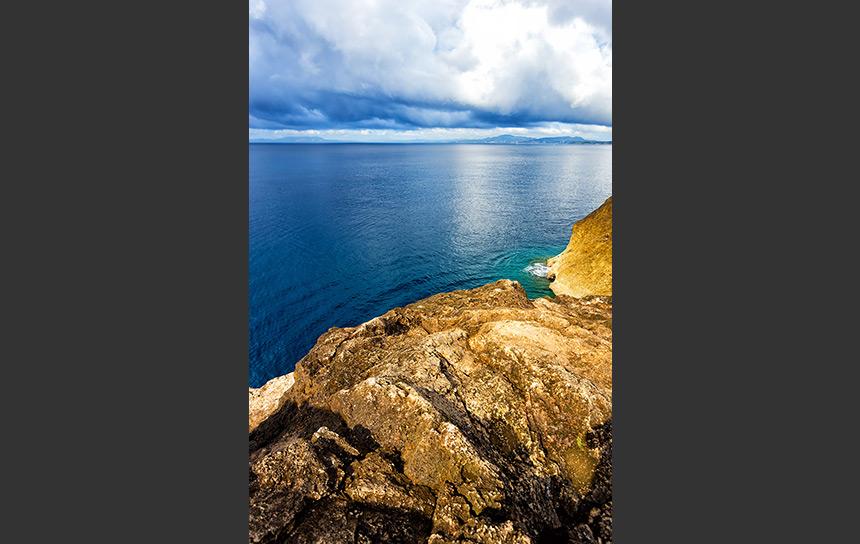 東尋坊から望む紺碧の日本海