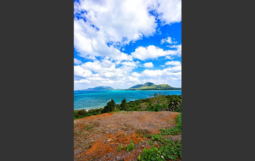 石垣島、エメラルドブルーの海と山