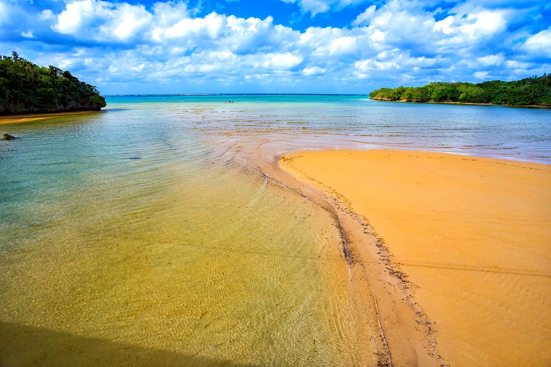石垣島吹通川は南国の海に流れ込む透明な川