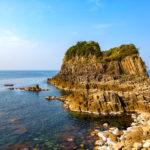 浸食が生んだ奇岩の島、福井県越前海岸の鉾島