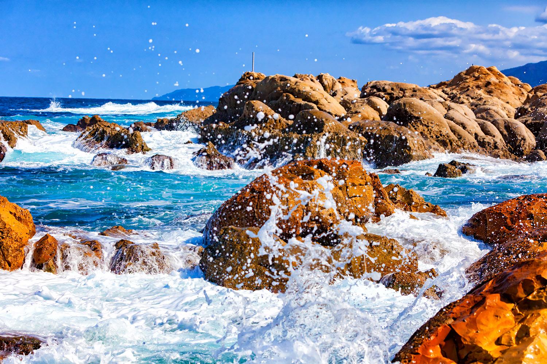 日本海の厳しい荒波、能登輪島の海岸線