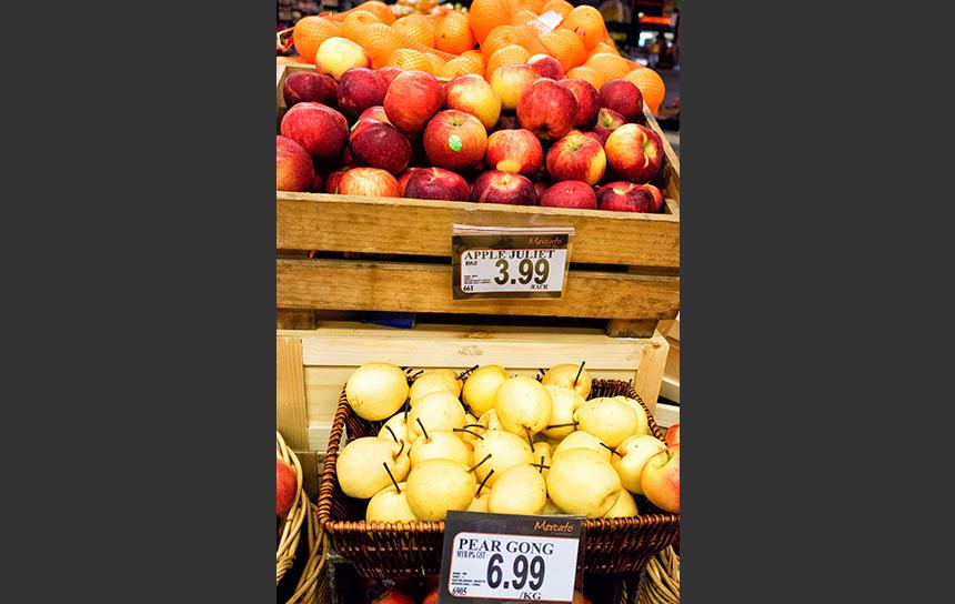 マレーシアのスーパーで並ぶリンゴと梨
