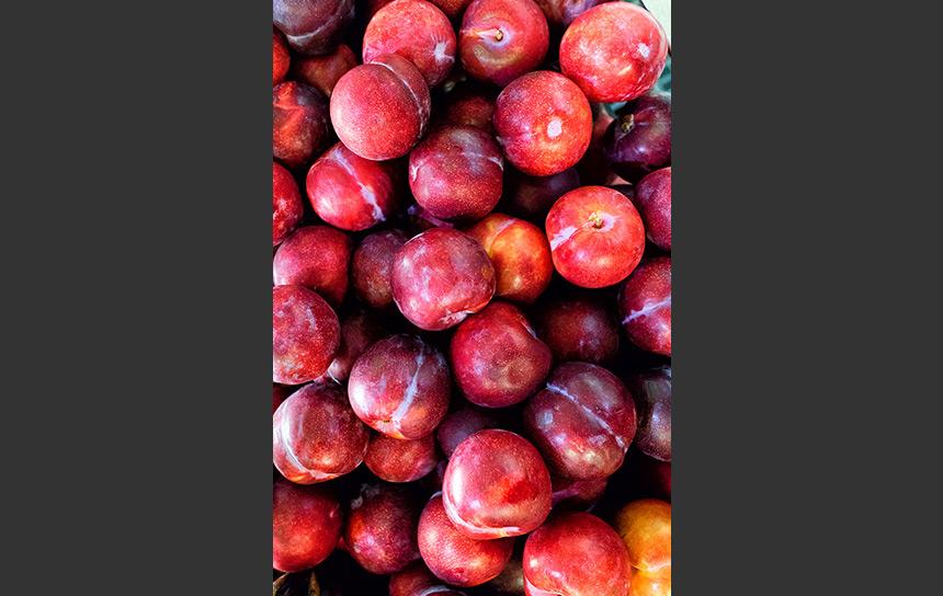 マレーシアのスーパーで山積みだったプラム(果物)