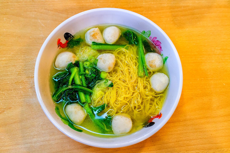 これ自体に味がないので、調味料をいれるマレーシアの団子麺
