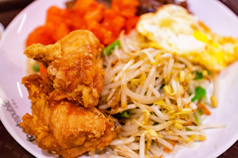 フードコートで、いろいろ盛り合わせ料理。唐揚げと野菜炒め