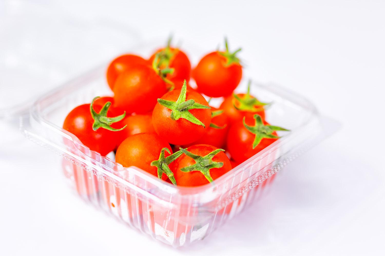 透明なパックに入った新鮮なミニトマト