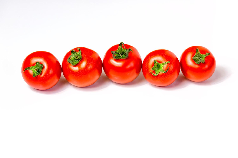 横に5つ並んだミニトマト