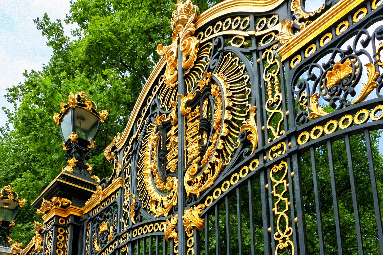 バッキンガム宮殿の綺羅びやかな門