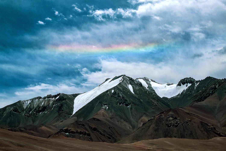 パミール高原、標高5,000mの上空にかかる虹