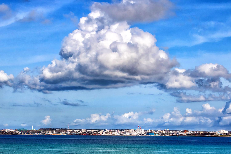 宮古島上空に浮かんだ巨大な雲 無料壁紙 商用利用可の画像素材なら