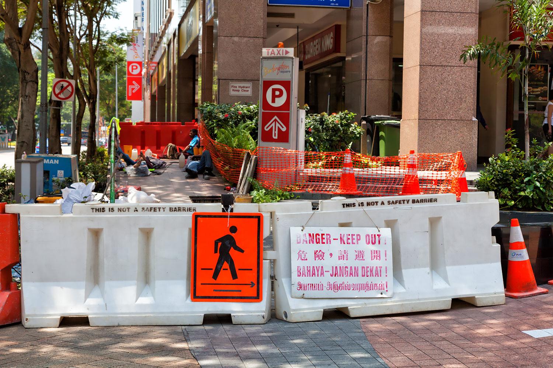シンガポール・四か国語のデンジャー標識