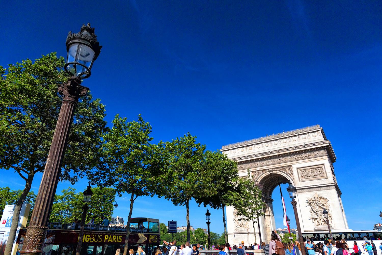 シャンゼリゼの街灯と凱旋門