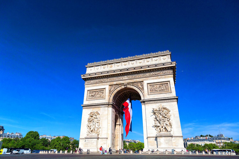 テロ翌日、フランス半旗が掲揚された凱旋門