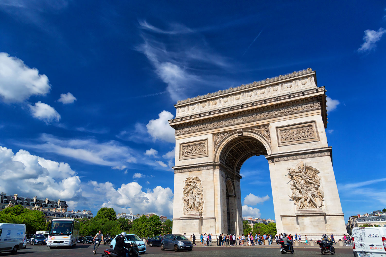 パリ凱旋門のエトワール広場は12本の道が集まるロータリー