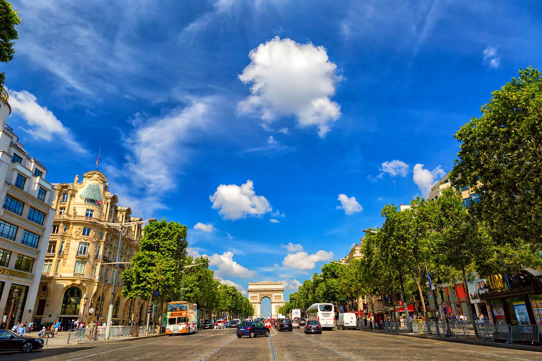 初夏のパリ、青空に浮かぶ白い雲