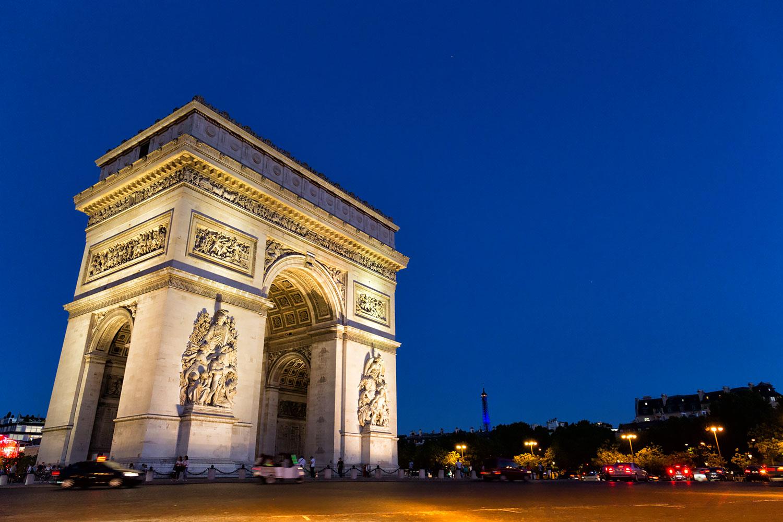 夜のパリ、凱旋門とシャルル・ド・ゴール広場前
