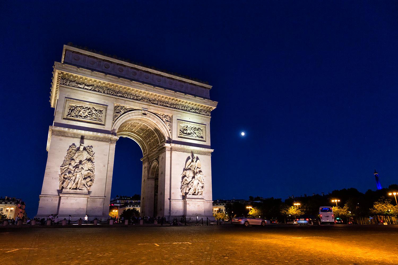 夜の凱旋門と月