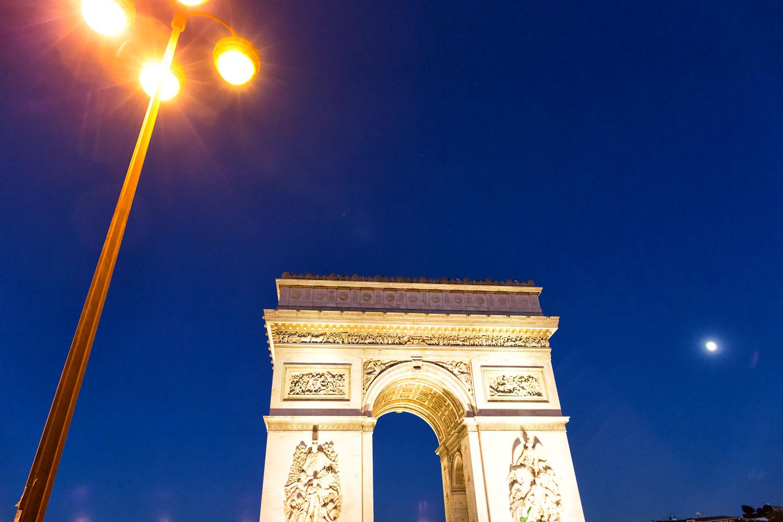 街灯と月とエトワール凱旋門