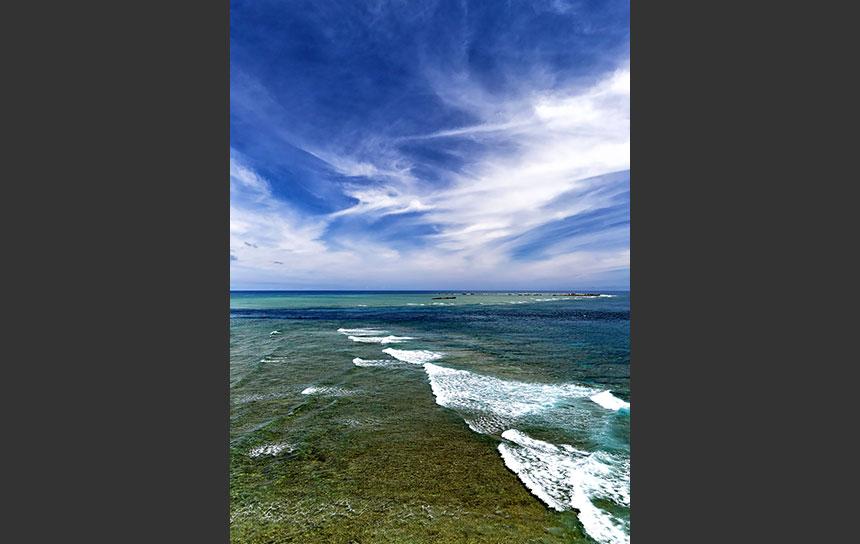 波の下はサンゴ礁!沖縄の透き通った海