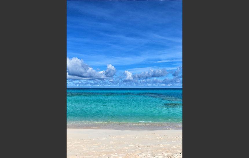 宮古島、エメラルドの海の彼方に見える水平線