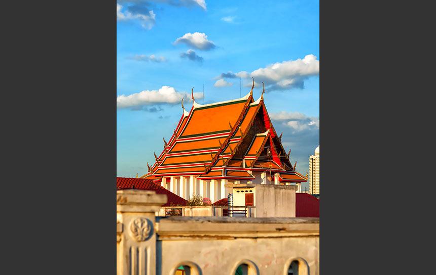バンコク「鐘の寺」ワット・ラカンのまばゆいオレンジ屋根