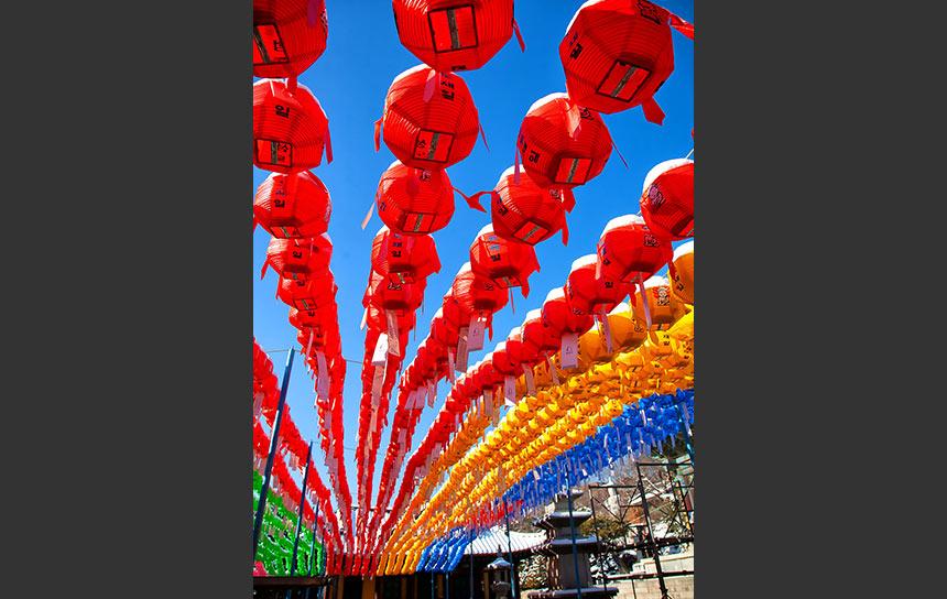 ソウル江南地区の名刹、奉恩寺。青空にたなびく五色の提灯