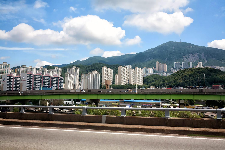 韓国・釜山郊外にそびえる高層マンション群