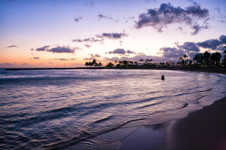 ハワイ・海が赤く染まったワイキキの夕焼け
