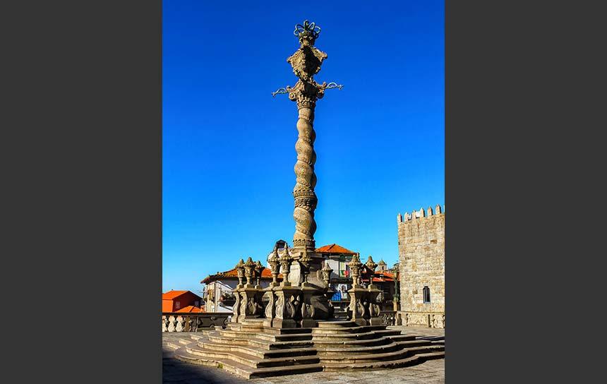 ポルトガル・ポルト歴史地区の大聖堂の前にある塔