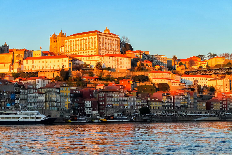 夕陽を浴びるポルトガル世界遺産・ポルトの歴史地区