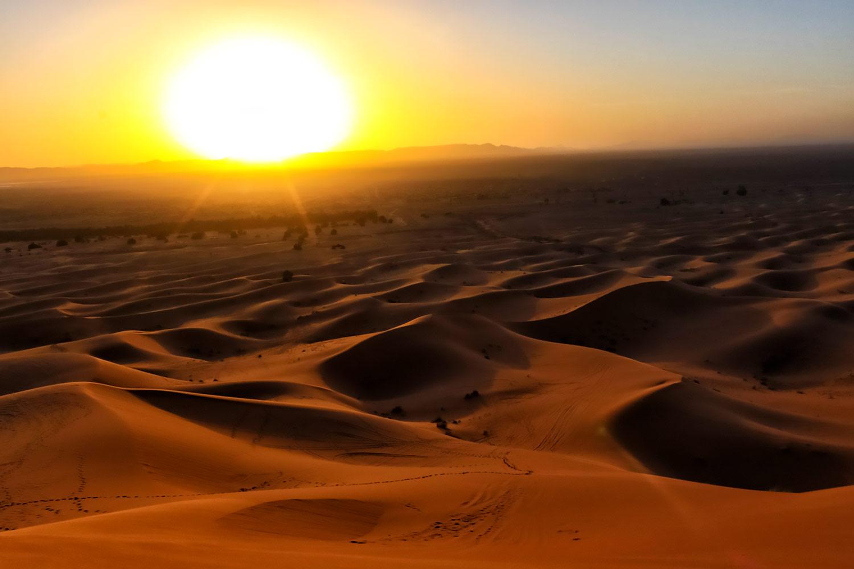 大迫力 サハラ砂漠の荒野に落ちる太陽 無料壁紙 商用利用可の画像素材ならfotoma フォトマ