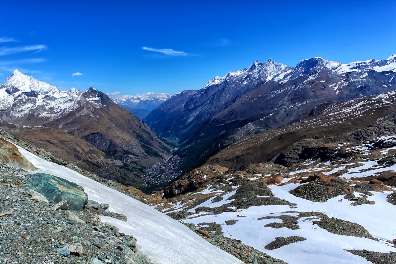 スイスアルプスの谷に残る残雪
