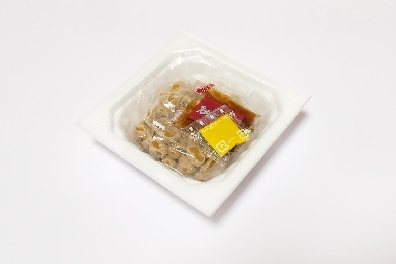 タレと辛子がついている一般的な市販の納豆