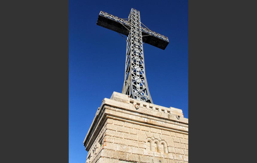 山頂の十字架(ルーマニア・カルパチア山脈)
