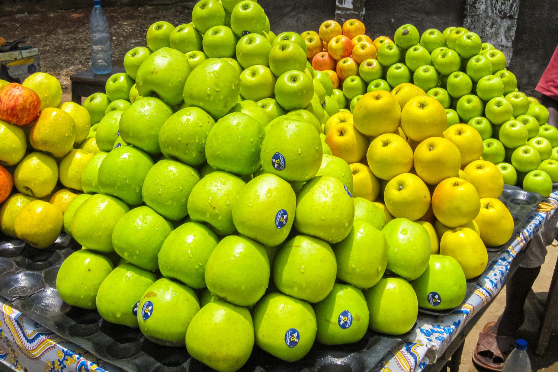 カメルーンのドゥアラのロータリーに山積みされたリンゴ